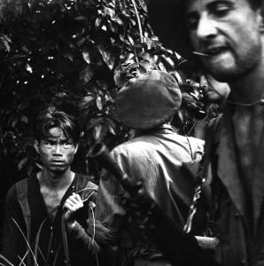 Quelque part en Indochine, 1954. Une patrouille de légionnaires questionne un suspect se cachant dans la jungle. Crédit : www.defenseimagery.mil